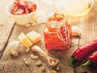 Червено песто от сушени домати, орехи, рикота, чесън и сирене пармезан